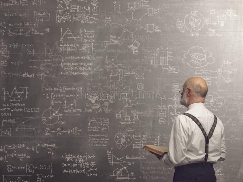 Professor acadêmico que ensina e que guarda um livro imagens de stock