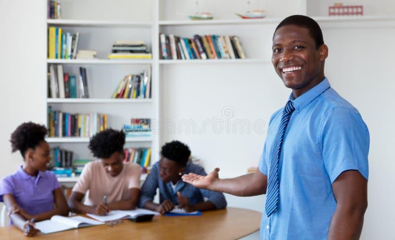 Professor afro-americano com estudantes universitário imagens de stock royalty free