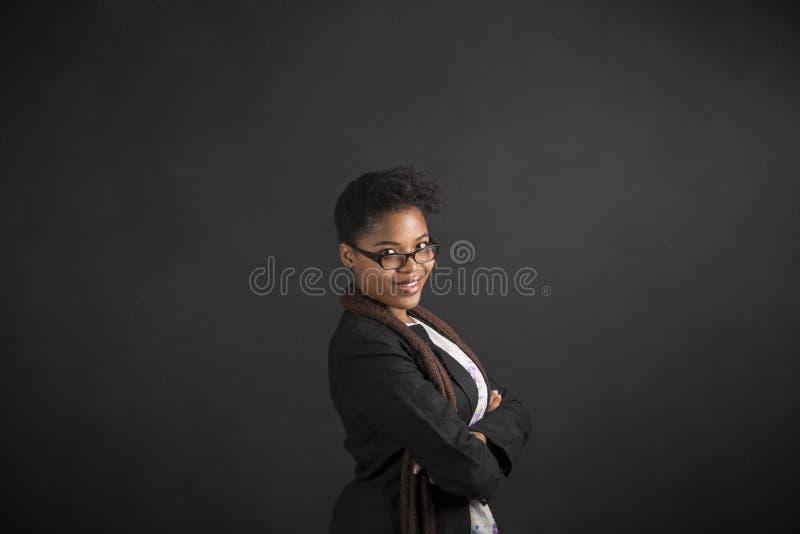Professor afro-americano ou estudante da mulher com os braços dobrados imagem de stock