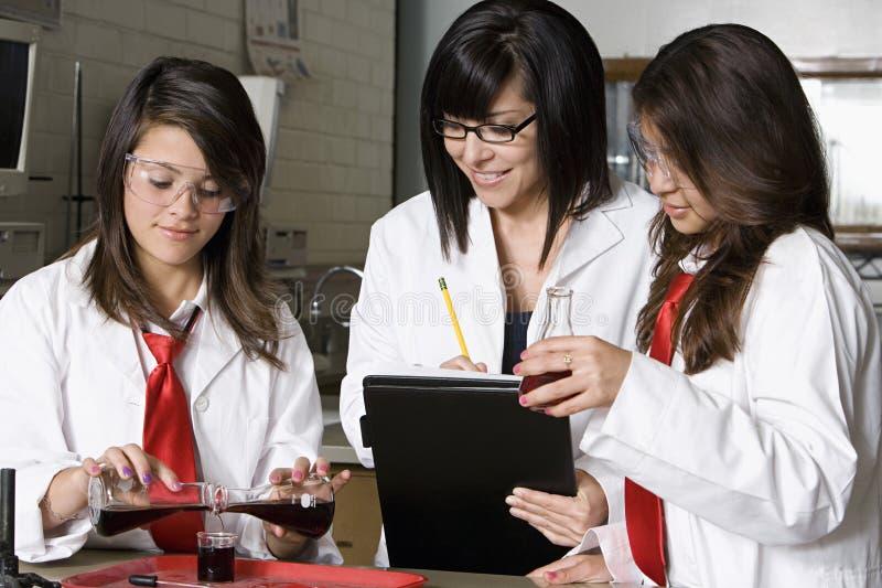 Professor Assisting Students In Chemielaboratorium royalty-vrije stock foto