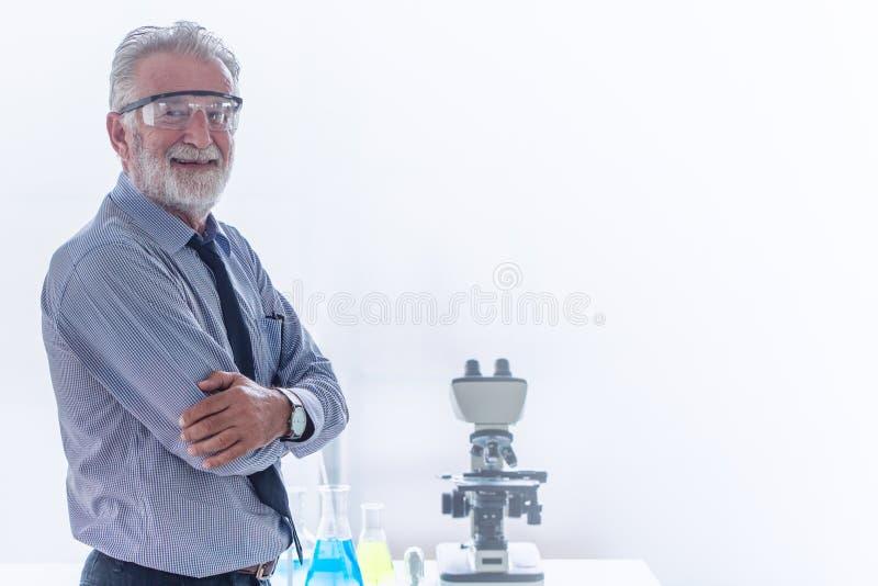 Professor av den yrkesmässiga forskaren för kemi med mikroskopet royaltyfri fotografi