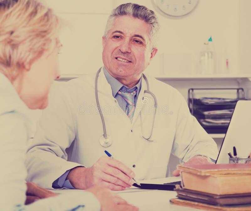 Professor av medicinutbildningskollegan arkivbilder