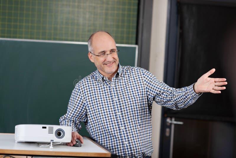 Professor bij een universiteit die een presentatie geven stock afbeelding