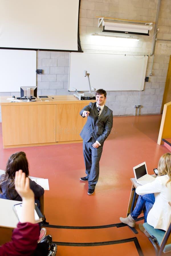 Professor carismático que interage com os estudantes fotos de stock