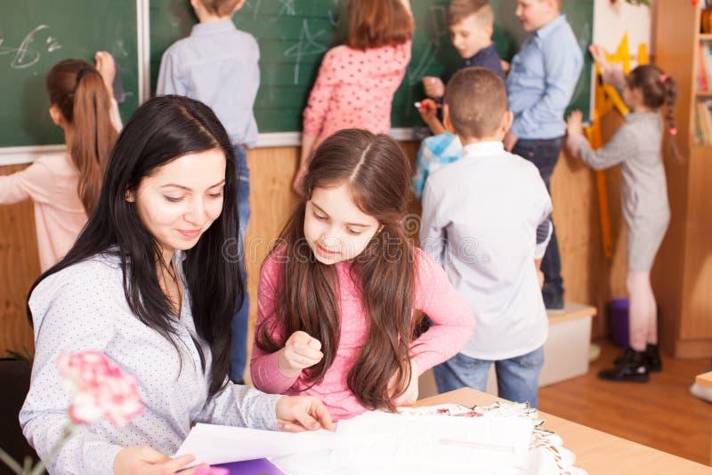 Professor com alunos durante uma ruptura fotos de stock