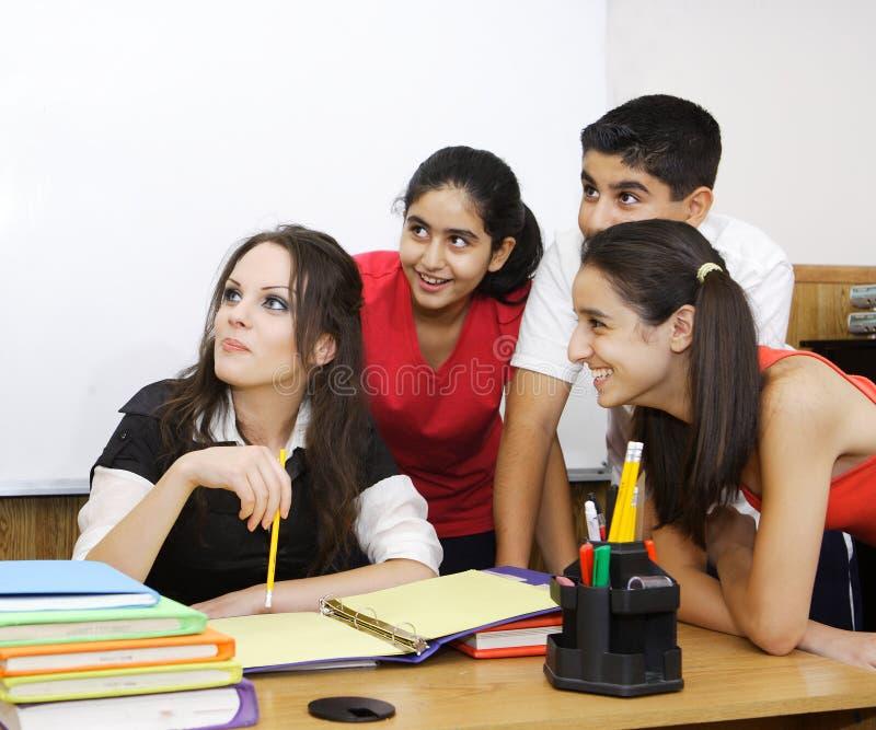 Professor com estudantes imagem de stock
