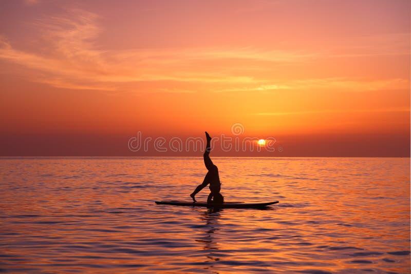 Professor da ioga na praia foto de stock royalty free