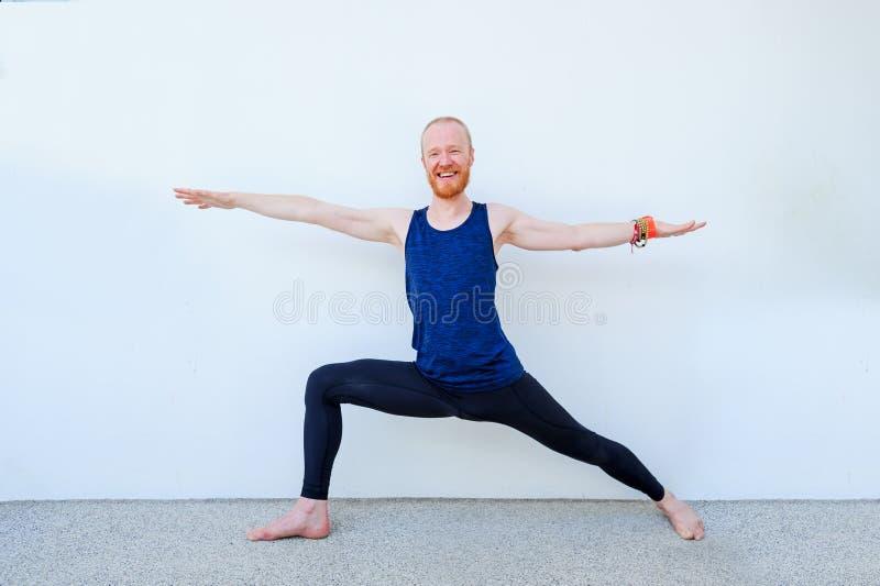 Professor da ioga que mostra poses diferentes da ioga imagem de stock royalty free