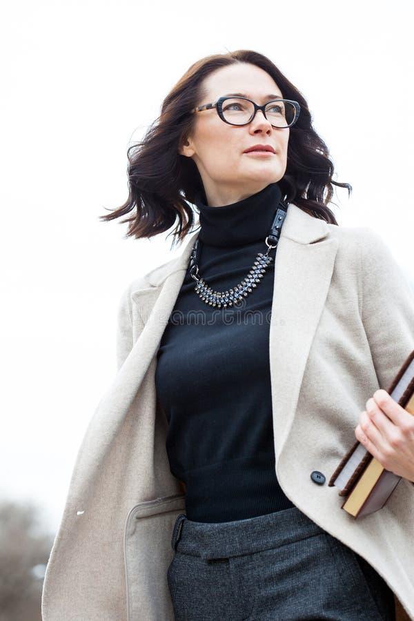 Professor da mulher com livros fotografia de stock royalty free