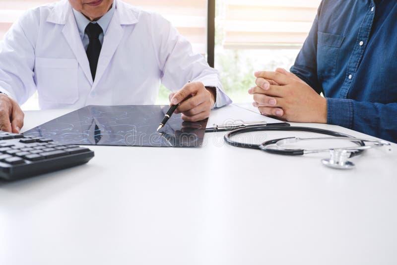 Professor de arts adviseert rapport een methode met patiënt treatmen royalty-vrije stock fotografie