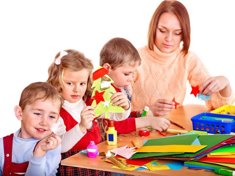 Professor de jardim de infância com crianças. foto de stock royalty free