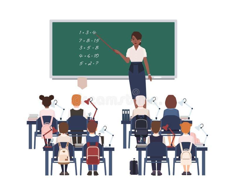 Professor de matemática fêmea que explica a soma às crianças ou aos alunos da escola primária Ensino afro-americano de sorriso da ilustração royalty free