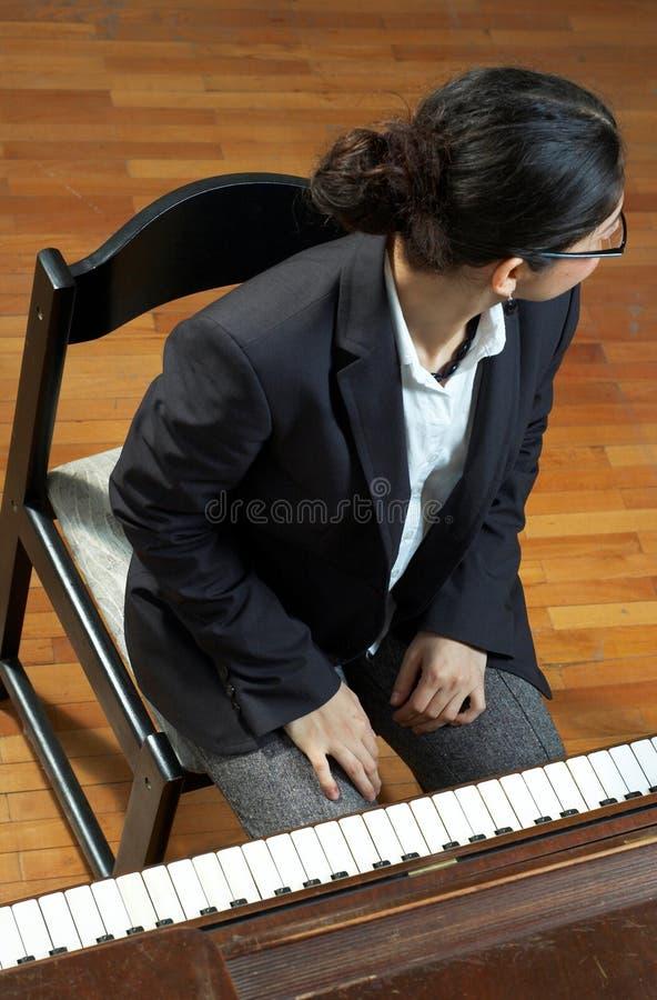 Professor de piano que olha afastado foto de stock royalty free