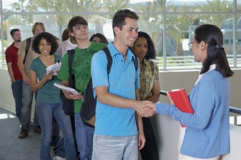 Professor de Shaking Hands With do estudante masculino foto de stock royalty free