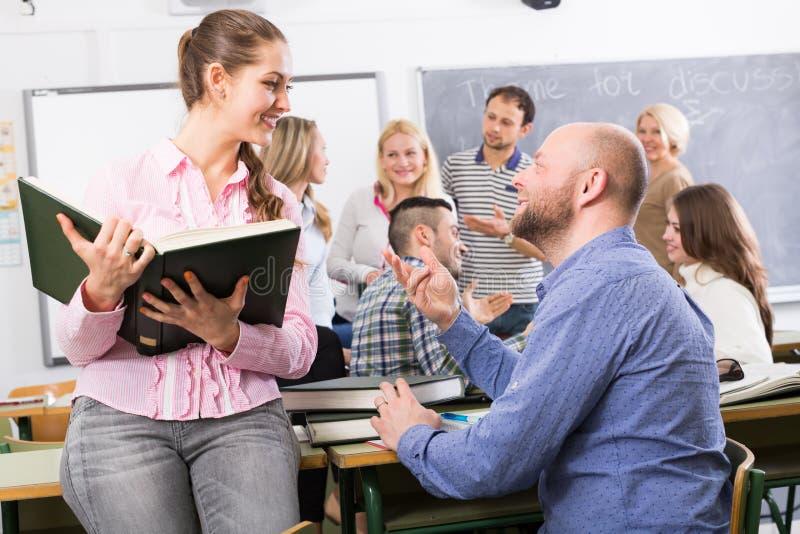 Professor die verschillende leeftijdsstudenten raadplegen stock fotografie