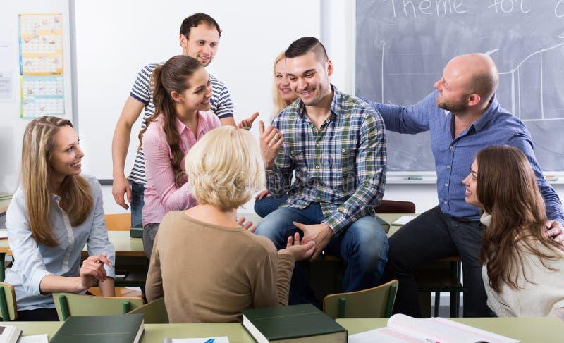 Professor die verschillende leeftijdsstudenten raadplegen royalty-vrije stock afbeelding