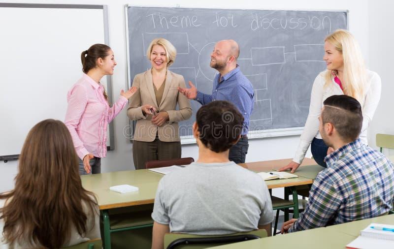Professor die verschillende leeftijdsstudenten raadplegen stock foto's