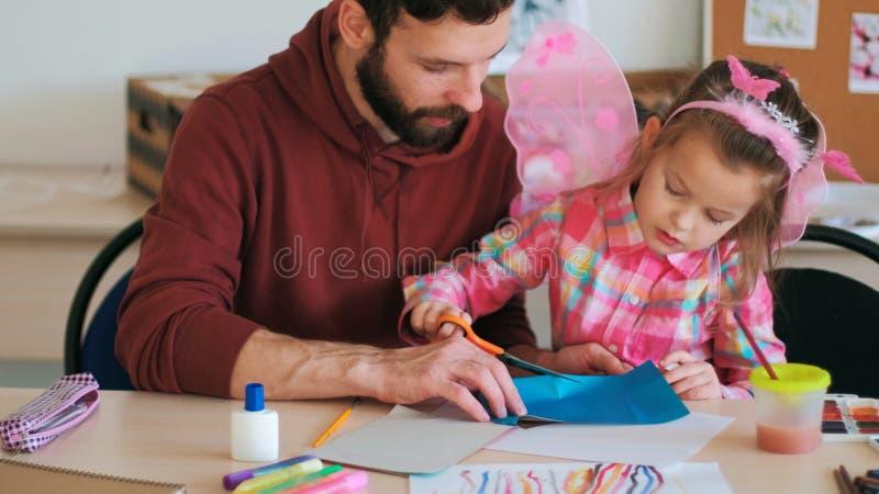 Professor do aluno das lições do papel da cor do origâmi imagem de stock royalty free