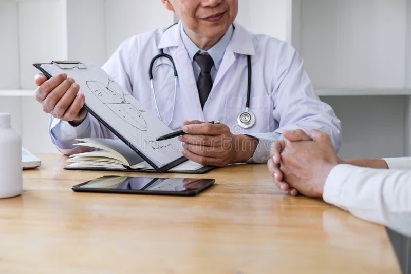 Professor Doctor die geduldig raadplegen besprekend iets en adviseert behandelingsmethodes, die resultaten op rapport voorstellen royalty-vrije stock afbeelding
