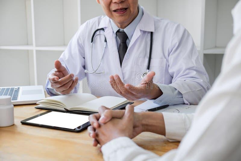 Professor Doctor die geduldig raadplegen besprekend iets en adviseert behandelingsmethodes, die resultaten op rapport voorstellen stock fotografie