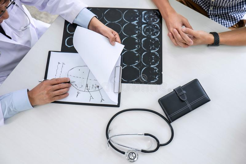 Professor Doctor die gesprek met patiënt hebben en x-ray film houden terwijl het bespreken verklarend symptomen of adviesdiagnose stock foto's