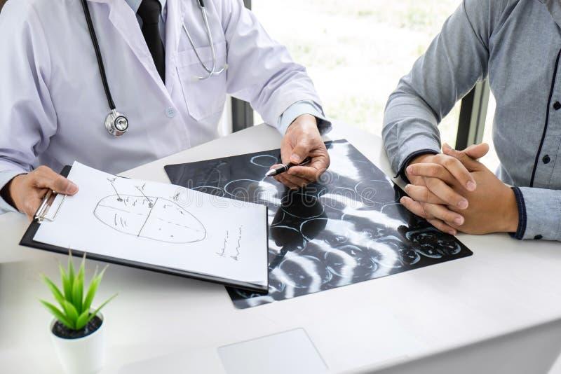 Professor Doctor die gesprek met patiënt hebben en x-ray film houden terwijl het bespreken verklarend symptomen of adviesdiagnose stock afbeeldingen