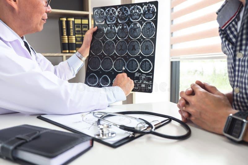 Professor Doctor die gesprek met patiënt hebben en x-ray film houden terwijl het bespreken verklarend symptomen of adviesdiagnose royalty-vrije stock afbeelding