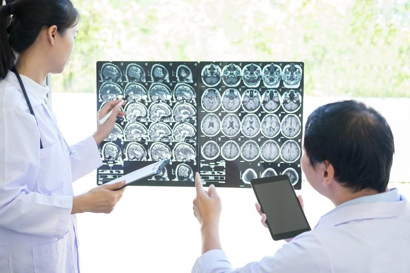 Professor Doctor diskuterande och konsulterande metod med patient t arkivfoto