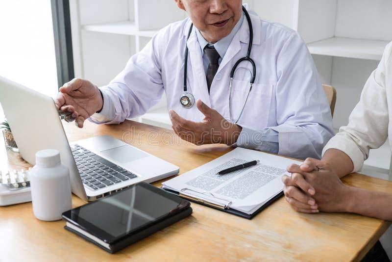 Professor Doctor que consulta com o paciente que discute algo e para recomendar os m?todos de tratamento, apresentando resultados fotos de stock