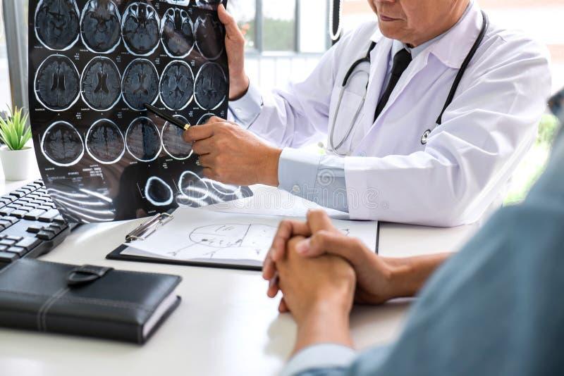 Professor Doctor que tem a conversação com paciente e que guarda o filme de raio X ao discutir explicando seu sintomas ou conselh fotos de stock