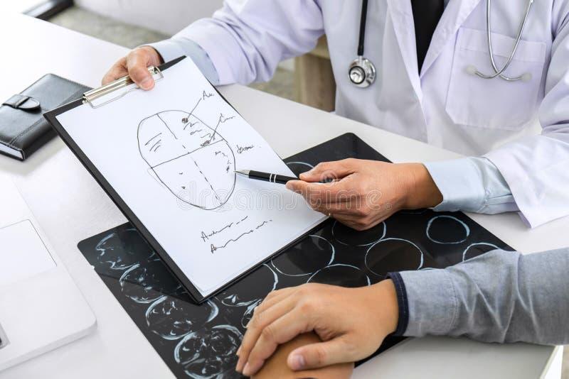 Professor Doctor que tem a conversação com paciente e que guarda o filme de raio X ao discutir explicando sintomas ou diagnóstico fotos de stock