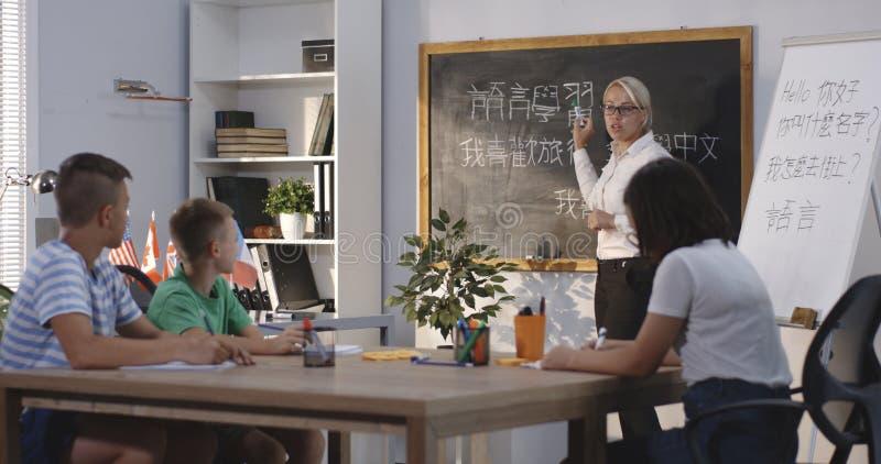 Professor e alunos em uma sala de aula da língua chinesa foto de stock royalty free
