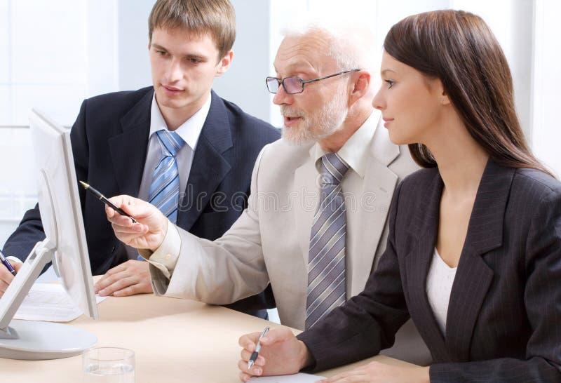 Professor e dois estudantes fotografia de stock