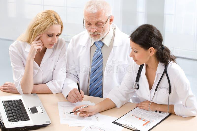 Professor e dois médicos fotos de stock