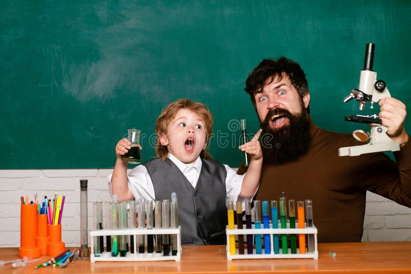 Professor e estudante elementares na sala de aula Planos de aula - qu?mica da escola secund?ria Crian?as pequenas na escola foto de stock royalty free