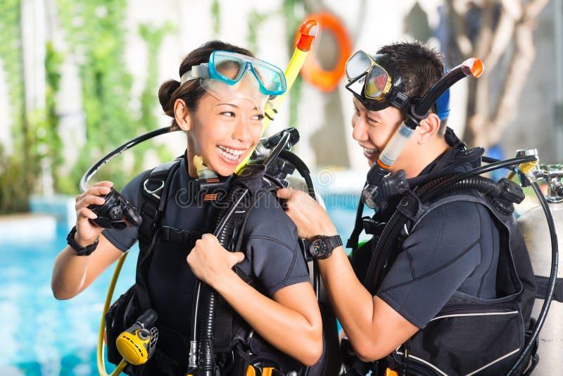 Professor e estudante em uma escola do mergulho imagens de stock royalty free