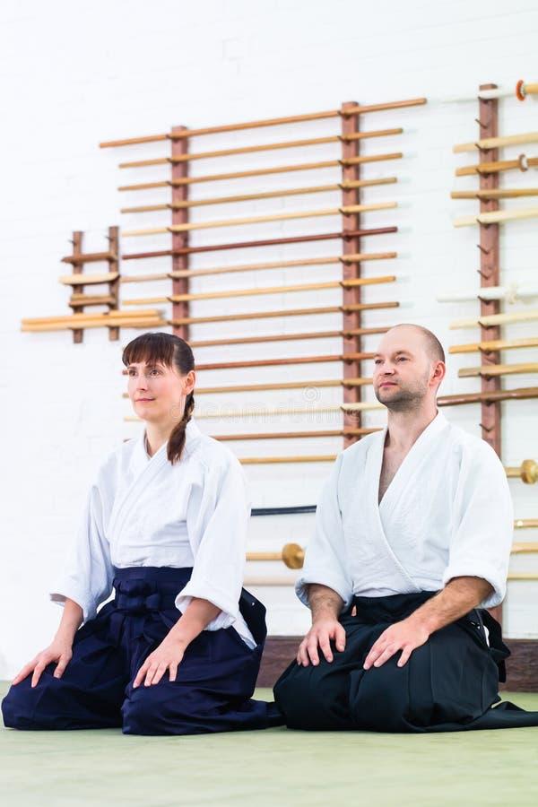 Professor e estudante na escola de artes marciais do Aikido fotografia de stock