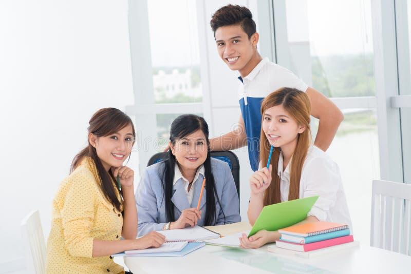 Professor e estudantes fotografia de stock royalty free