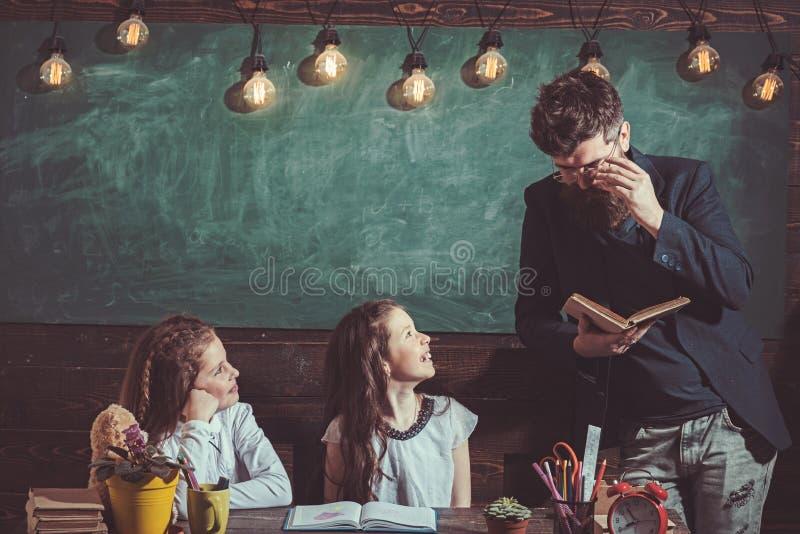 Professor e estudantes no fundo da sala de aula Educa??o home e de volta ao conceito da escola Crianças e tutor com sorriso imagens de stock royalty free