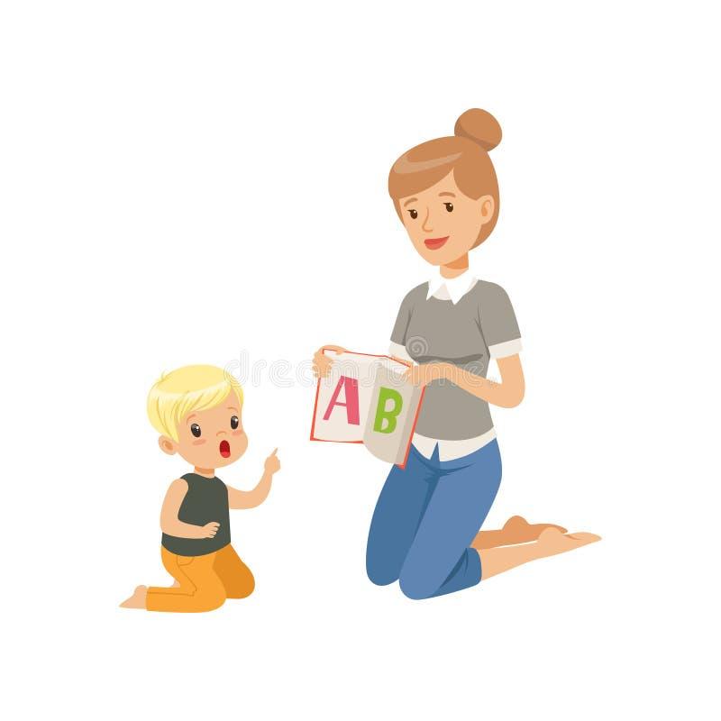 Professor elementar que senta-se no assoalho e que mostra a letra A ao rapaz pequeno, criança de ensino da mulher o alfabeto, lín ilustração royalty free