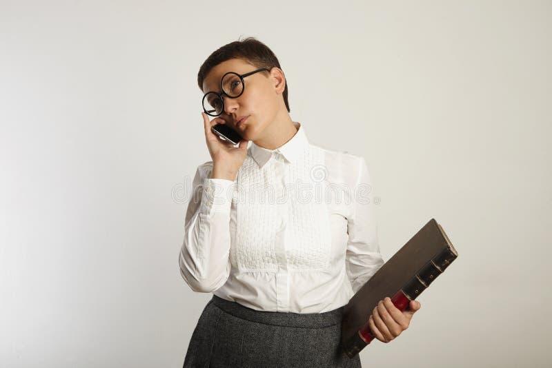 Professor engraçado que fala no telefone celular foto de stock royalty free