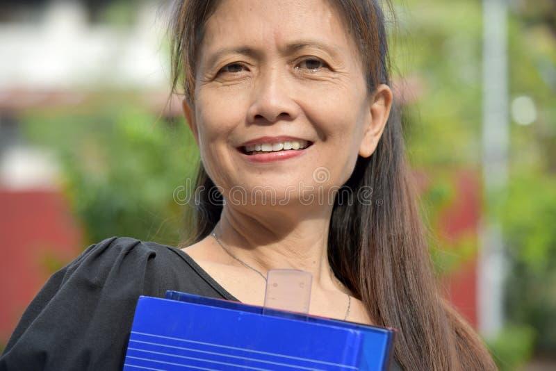 Professor fêmea asiático esperto de sorriso foto de stock