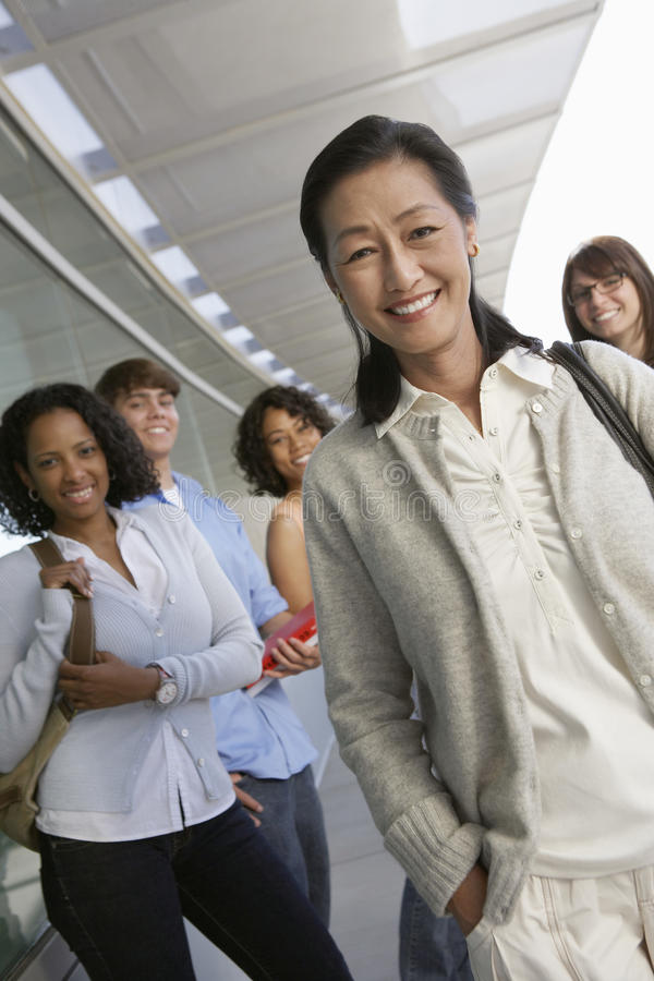 Professor fêmea asiático feliz fotos de stock