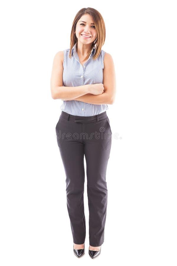 Professor fêmea bonito com os braços cruzados foto de stock