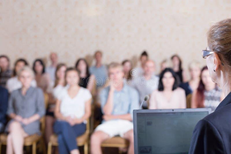 Professor fêmea durante a apresentação foto de stock royalty free