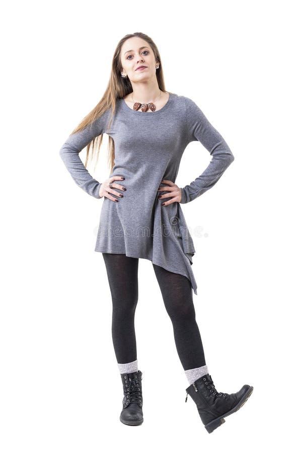 Professor fêmea novo na roupa autêntica do estilo que julga e que olha a câmera fotografia de stock royalty free