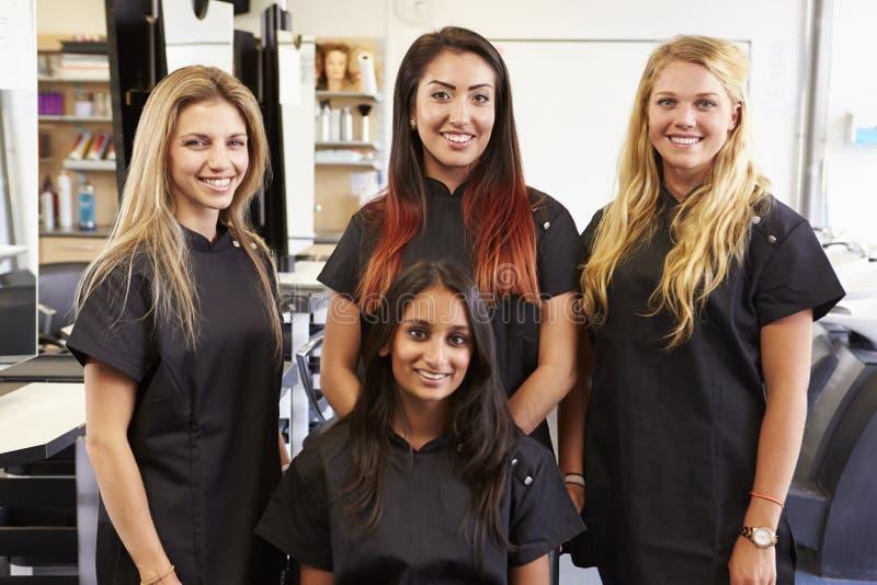Professor Helping Students Training a transformar-se cabeleireiro imagens de stock