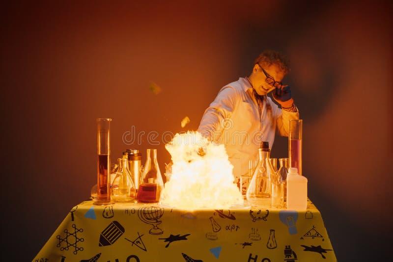 Professor in het laboratorium, die chemische experimenten met explosies leiden royalty-vrije stock foto