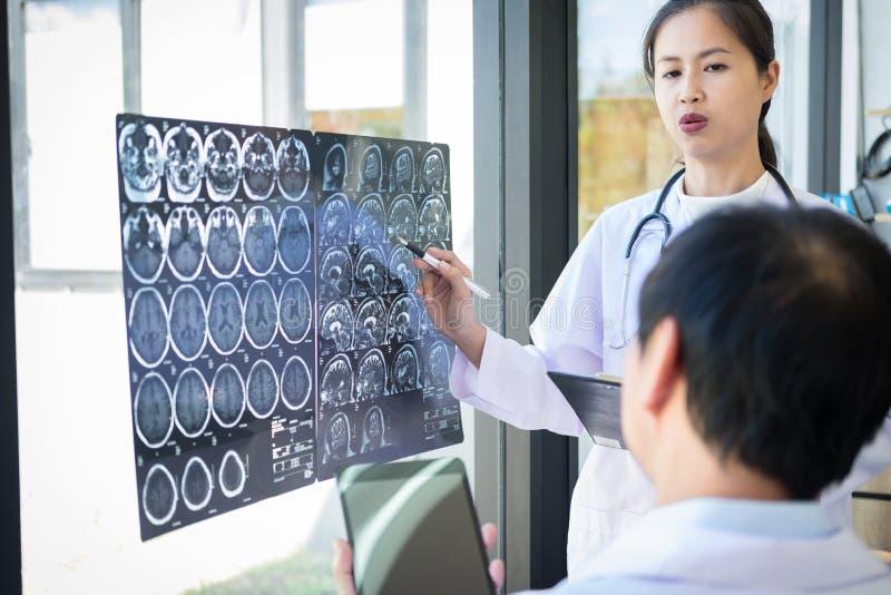 Professor método de discussão e de consulta de Doctor com paciente t fotografia de stock royalty free