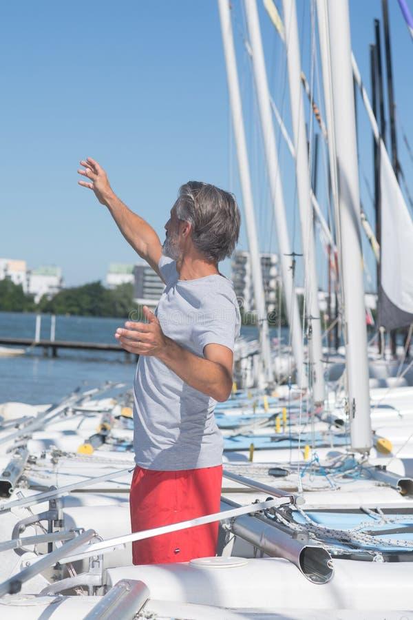 Professor maduro da navigação que dá a lição fotografia de stock royalty free